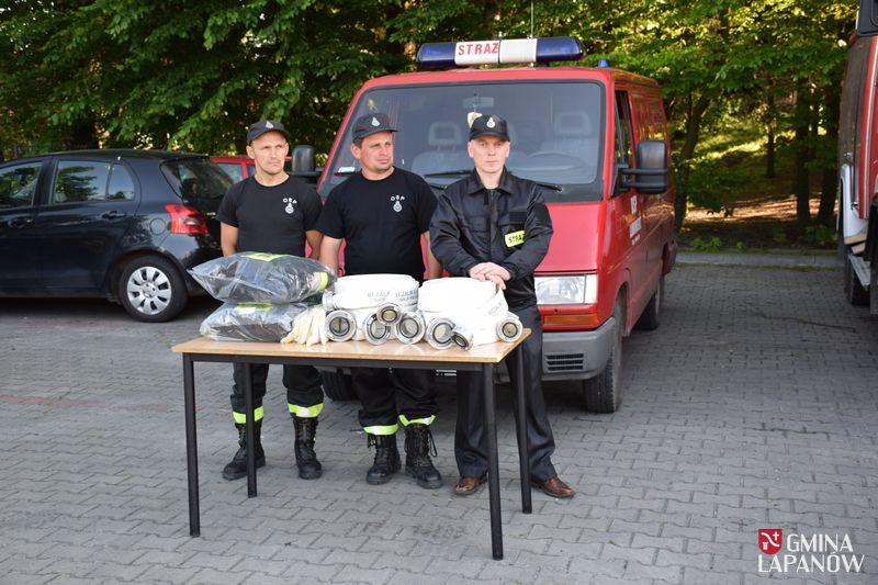 Oglądasz obraz z artykułu: Wójt przekazał sprzęt pożarniczy