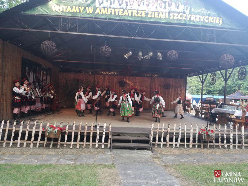 Oglądasz obraz z artykułu: Zespół Pieśni i Tańca 'Łapanowianie' w Szczyrzycu