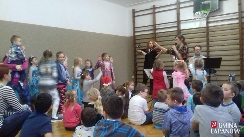 Oglądasz obraz z artykułu: Wizyta św. Mikołaja w szkole w Zbydniowie
